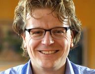 Een close-up van HorecaNederland.TV presentator en oprichter Gerlof Bos