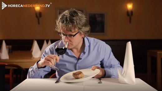 Rode wijn past bij rood vlees. Maar waarom is dat eigenlijk zo'n goede combi? HorecaWeetjes vertelt je waarom rode wijn en vlees zo goed bij elkaar passen!