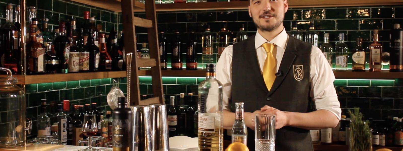 Hoe maak je een John Collins Cocktail? In CocktailWeetjes duikt HorecaNederland.TV in de wereld van de cocktails! In aflevering 1 de John Collins Cocktail.
