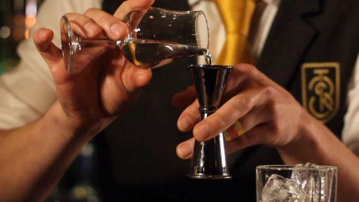 Veel mensen linken cocktails aan flessen gooien, maar bartending en flairtending verschillen. Wat is het verschil tussen bartending en flairtending?