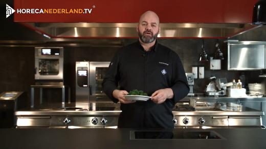 Presentator Frank Honings (MKN) vertelt in deze aflevering hoe je het makkelijkst voedsel kunt bereiden zonder dat dit gepaard gaat met het verlies van belangrijke vitamines en mineralen.